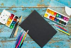 Malować set: muśnięcia, farby, kredki, akwarela, czerń papier Obraz Royalty Free