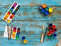 Malować set: muśnięcia, farby, kredki, akwarela z copyspac Obrazy Stock