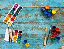 Malować set: muśnięcia, farby, kredki, akwarela z copyspac Zdjęcia Stock