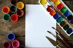 Malować set: tapetuje, muśnięcia, farby, akwarela, akrylowa farba Zdjęcia Stock