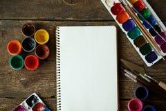 Malować set: tapetuje, muśnięcia, farby, akwarela, akrylowa farba Obraz Stock