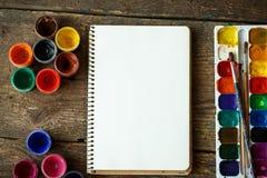 Malować set: tapetuje, muśnięcia, farby, akwarela, akrylowa farba Fotografia Royalty Free