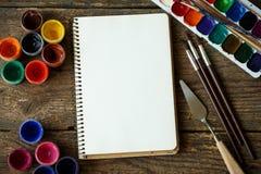 Malować set: tapetuje, muśnięcia, farby, akwarela, akrylowa farba Zdjęcie Royalty Free