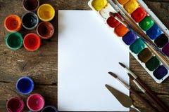 Malować set: tapetuje, muśnięcia, farby, akwarela, akrylowa farba Obrazy Stock