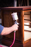 Malować wznawiającego antykwarskiego drewnianego meble Fotografia Royalty Free