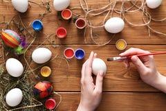 Malować kolorowych Easter jajka, odgórny widok na drewnie Zdjęcia Royalty Free