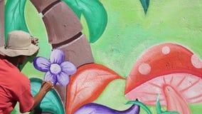 Malowidło ścienne malarz rysuje kwiaty na betonowej ścianie Czasu upływ zdjęcie wideo