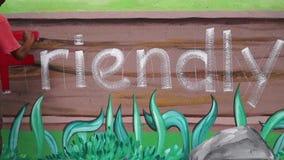 Malowidło ścienne malarz rysuje list F na betonowej ścianie Czasu upływ zbiory wideo