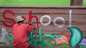 Malowidło ścienne malarz rysuje list h na betonowej ścianie Czasu upływ zdjęcie wideo