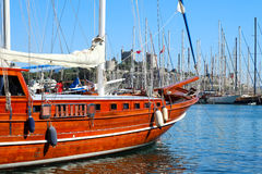 Malownicza łódź w schronieniu Bodrum, Turcja z St Peter Obrazy Stock