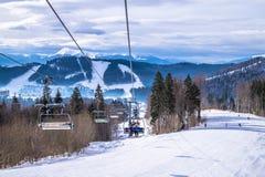 Malownicza śnieżna panorama Karpackie góry i krzesła dźwignięcie Zima wakacje w górach Zdjęcie Stock