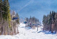 Malownicza śnieżna panorama Karpackie góry i narciarski dźwignięcie Zima wakacje w górach Zdjęcia Royalty Free