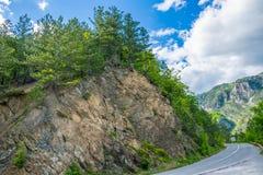 Malownicza droga przechodzi przez jarów i gór Obraz Royalty Free