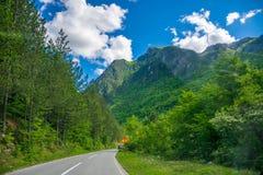 Malownicza droga przechodzi przez jarów i gór Fotografia Royalty Free