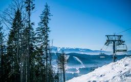 Malownicza panorama Karpackie góry i narciarski dźwignięcie Zima wakacje w górach Obrazy Royalty Free