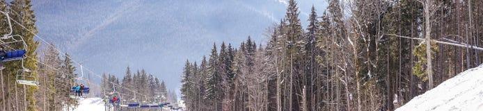 Malownicza panorama Karpackie góry krzesła dźwignięcie i Zima wakacje w górach Zdjęcie Stock