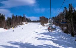 Malownicza panorama Karpackie góry krzesła dźwignięcie i Zimy zabawa w górach i wakacje Obrazy Royalty Free