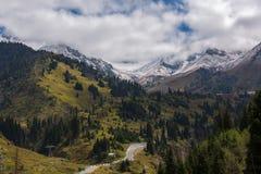 Malownicza samochodowa droga i góry zakrywający z śniegiem, Chimbulak, Almaty, Kazachstan Obraz Stock