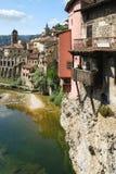 Malownicza stara Europejska wioska z obwieszenie domami fotografia royalty free