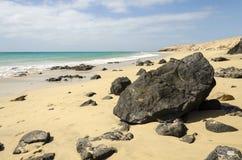 Malownicza tropikalna plaża z powulkaniczną skałą zdjęcia stock
