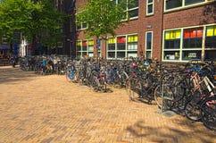 Malownicza ulica z parking dla bicykli/lów w dziejowym centrum miasta Zdjęcia Stock