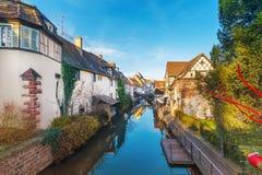 Malownicza widok połówka cembrował domy przy zmierzchem Colmar Francja Obrazy Stock