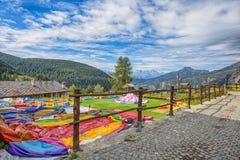 Malownicza wioska giemza, w Val d ` Aosta, Włochy z terenem dedykował dziecka ` s gry Swój osobliwość jest ten ca Zdjęcie Stock