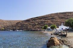 Malownicza zatoka z małym białym kościół w Kythnos wyspie, Cyclades, Grecja Obraz Stock