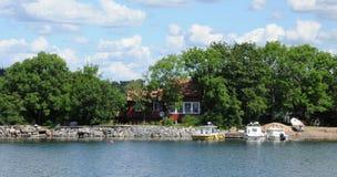 Malowniczy dom na wyspie blisko Sztokholm troszkę Fotografia Royalty Free