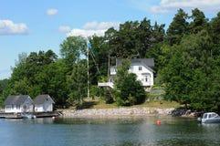 Malowniczy dom na wyspie blisko Sztokholm troszkę Zdjęcia Royalty Free