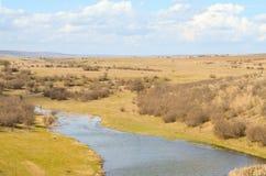 Malowniczy jesień krajobraz rzeka i niebieskie niebo Fotografia Royalty Free