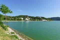 Malowniczy jeziorny Abrau na tle halni skłony Pokój i zaciszność obrazy stock