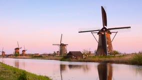 Malowniczy krajobraz z anteną mleje na kanale w Kinderdiyk, holandie przy zmierzchem Folował HD Wideo zbiory wideo