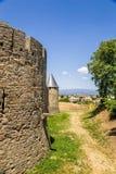 Malowniczy krajobraz z góruje zewnętrzna ściana forteca w Carcassonne, Francja UNESCO lista zdjęcia royalty free