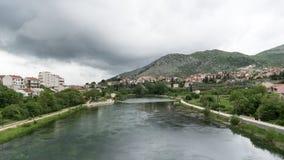 Malowniczy krajobraz z miasteczkiem na brzeg rzeki Bo?nia i Herzegovina, Republika Srpska Widok Trebisnjica Trebinje i rzeka zdjęcie stock