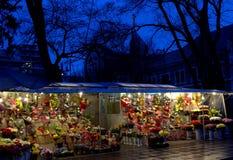 Malowniczy kwiatów kramy i kościół w tle przy nocą Fotografia Royalty Free