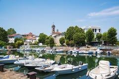 Malowniczy lato widok molo z budynkami, jachtami i innymi łodziami w Rimini antycznymi i nowożytnymi, Włochy, Czerwiec, - 21, 201 Zdjęcie Royalty Free