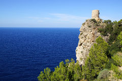 Malowniczy morze krajobraz z fort ruinami Mallorca, Hiszpania Zdjęcia Royalty Free
