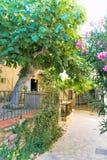 Malowniczy podwórze w starym Hiszpańskim miasteczku fotografia stock