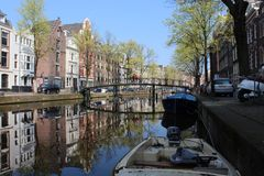 Malowniczy s?siedztwo w sercu Amsterdam z niekt?re zadziwiaj?cymi odbiciami zdjęcia royalty free
