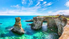Malowniczy seascape z falezami, skalisty ?uk przy Torre Sant Andrea fotografia royalty free