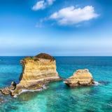 Malowniczy seascape z falezami, skalisty ?uk przy Torre Sant Andrea obraz stock