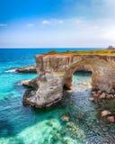 Malowniczy seascape z falezami, skalisty ?uk przy Torre Sant Andrea obrazy royalty free
