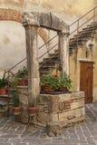 MALOWNICZY tradycyjny Włoski podwórze w centrum San Quirico d ` Orcia San QUIRICO d ` ORCIA WŁOCHY, PAŹDZIERNIK - 30, 2016 - Zdjęcie Stock