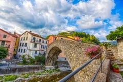 Malowniczy Włoski miasteczko Varese Ligure, los angeles Spezia z Romańskim mostem, Włochy obraz stock