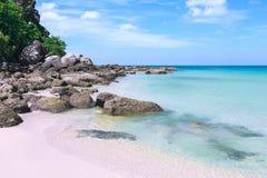 Malowniczy widok Andaman morze w Phuket wyspie, Tajlandia Seascape z piaskiem, falezą i niebieskim niebem białymi, Obrazy Royalty Free
