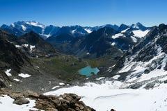 Malowniczy widok błękitny halny jezioro altai dzie? trwa? g?ry lato obrazy royalty free