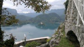 Malowniczy widok przegapia małą wyspę w jeziorze Fotografia Royalty Free