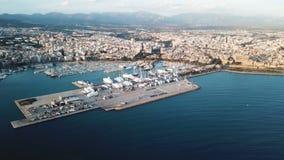 Malowniczy widok z lotu ptaka nabrzeżny miasta schronienie z łodziami, górami i chmurnym niebem wiele, zapas Piękny port morski zdjęcia royalty free
