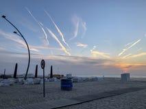 Malowniczy zmierzch na dennej plaży obraz stock